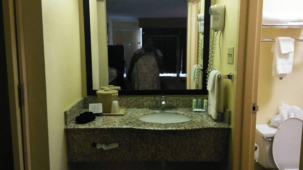 Quality Inn & Suites Baton Rouge West - Port Allen - lodging  | Photo 4 of 9 | Address: 131 N Lobdell Hwy, Port Allen, LA 70767, USA | Phone: (225) 343-4821
