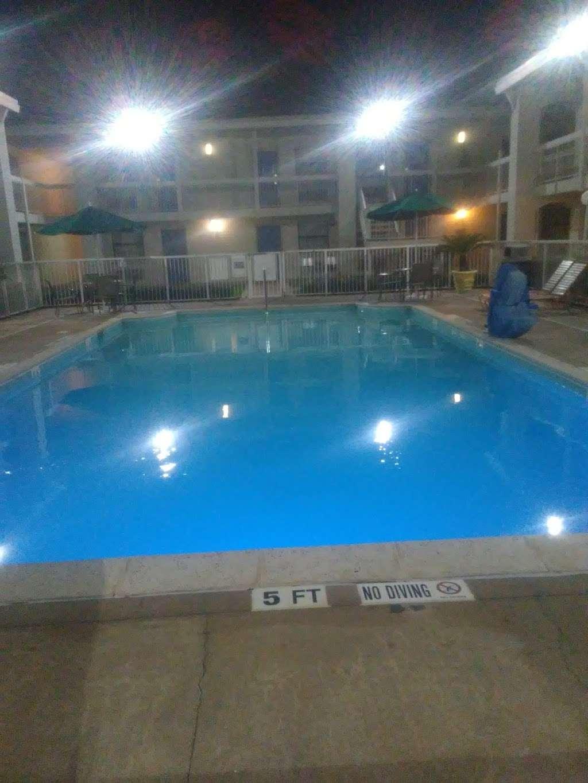 Motel 6 Baytown - Garth Rd - lodging  | Photo 3 of 10 | Address: 4911 Interstate 10 E, Baytown, TX 77521, USA | Phone: (281) 421-7300