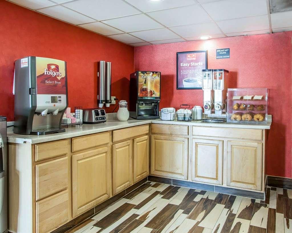 Econo Lodge - lodging  | Photo 4 of 10 | Address: 750 Tonnelle Ave, Jersey City, NJ 07307, USA | Phone: (201) 420-9040
