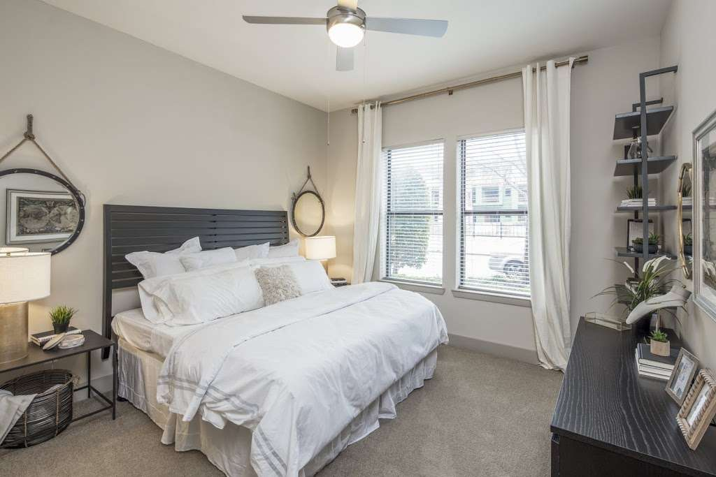 IMT Lakeshore Lofts - real estate agency  | Photo 4 of 10 | Address: 800 Lake Carolyn Pkwy, Irving, TX 75039, USA | Phone: (972) 982-8649