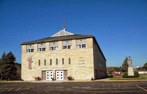 Divine Savior Catholic Church - church  | Photo 4 of 10 | Address: 7740 W Montrose Ave, Harwood Heights, IL 60706, USA | Phone: (708) 456-9000