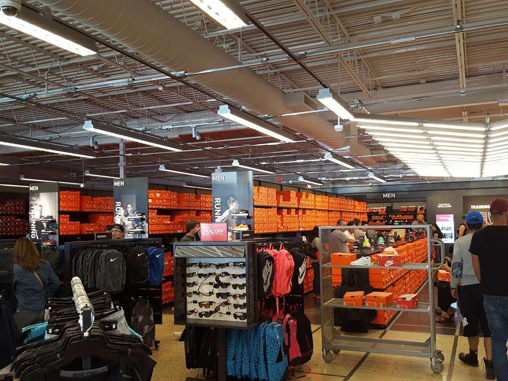 Polo fingir En necesidad de  Nike Factory Store, 11211 120th Ave #80, Pleasant Prairie, WI 53158, USA