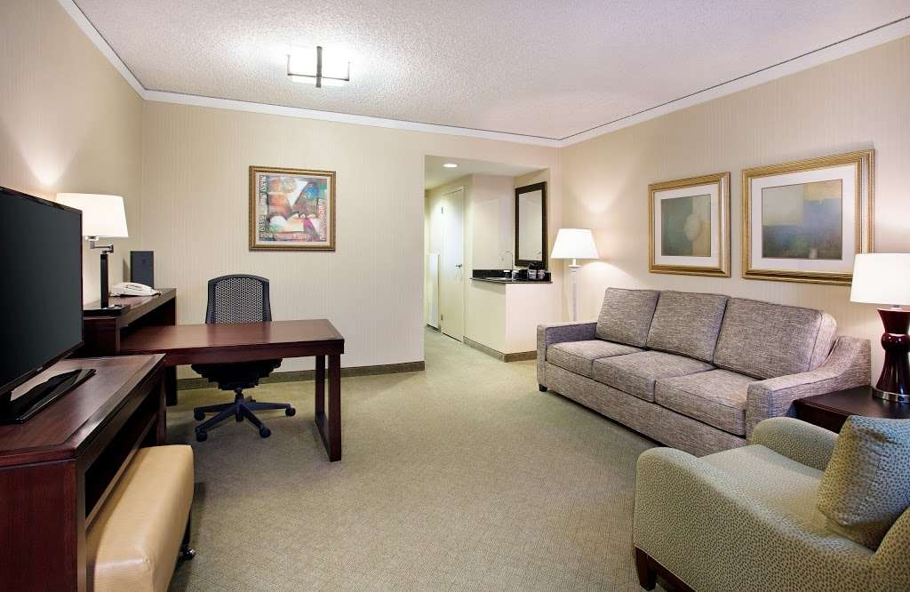 Embassy Suites by Hilton Secaucus Meadowlands - lodging  | Photo 9 of 10 | Address: 455 Plaza Dr, Secaucus, NJ 07094, USA | Phone: (201) 864-7300