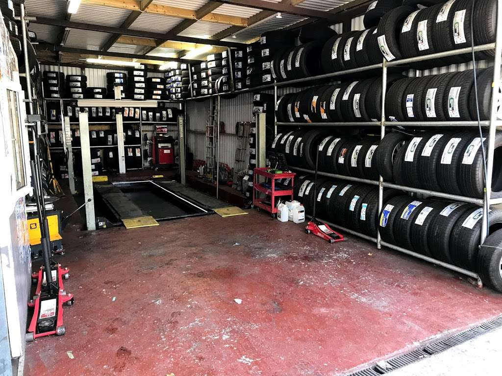 Quick Tyre & Car services - car repair  | Photo 4 of 10 | Address: Craven Park, Harlesden, London NW10 8SQ, UK | Phone: 07427 679906