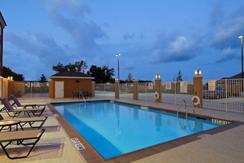 Holiday Inn Express & Suites Houston East - Baytown - lodging  | Photo 3 of 10 | Address: 7515 Garth Rd, Baytown, TX 77521, USA | Phone: (281) 421-9988