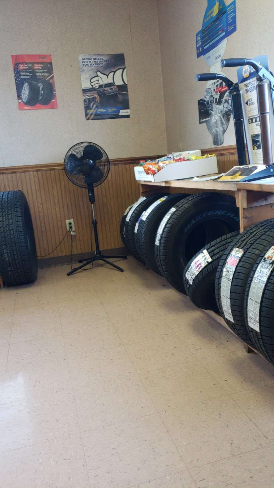 D&G New and Used Tires - car repair    Photo 3 of 10   Address: 850 Pennsylvania Ave, Hagerstown, MD 21742, USA   Phone: (301) 733-1450
