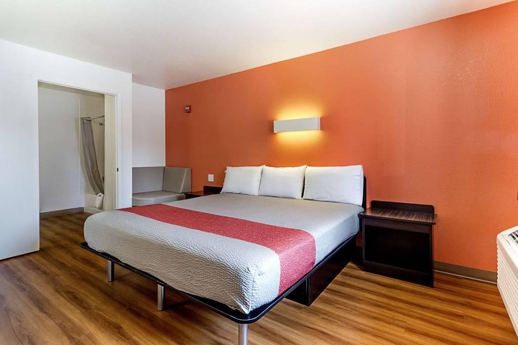 Motel 6 Fresno, CA - lodging  | Photo 1 of 8 | Address: 5021 N Barcus Ave, Fresno, CA 93722, USA | Phone: (559) 276-1910