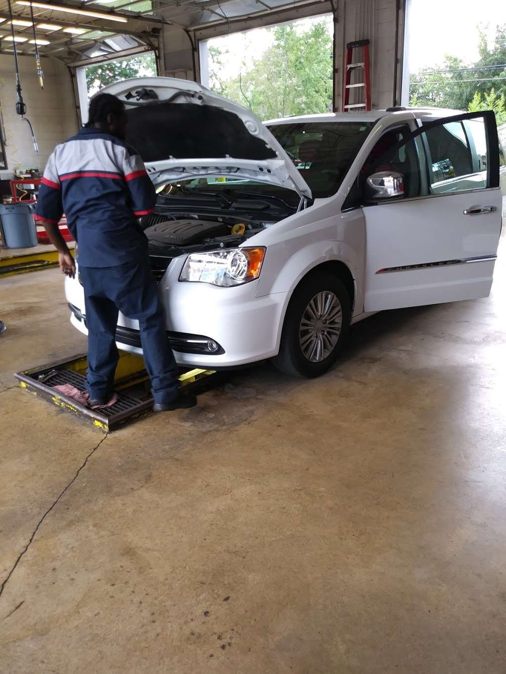Valvoline Instant Oil Change - car repair  | Photo 6 of 6 | Address: 11328 S Halsted St, Chicago, IL 60628, USA | Phone: (773) 928-1600