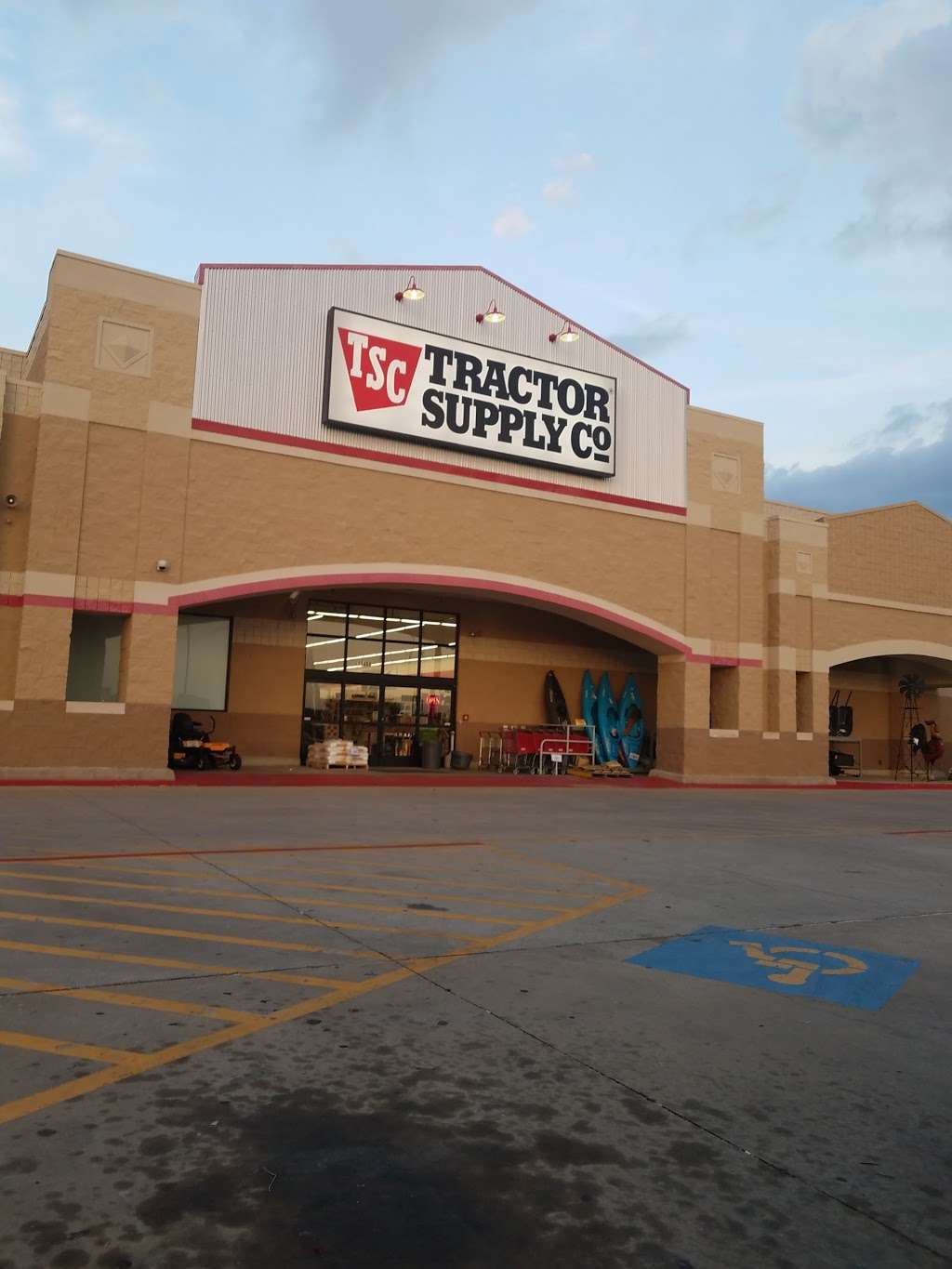Tractor Supply Co. - hardware store  | Photo 1 of 10 | Address: 12466 Interstate 45 N Ste B, Willis, TX 77378, USA | Phone: (936) 856-1549
