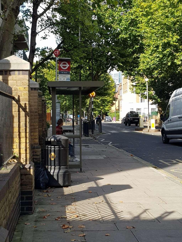 Pier Street (Stop CT) - bus station  | Photo 5 of 5 | Address: Isle of Dogs, London E14 3HX, UK
