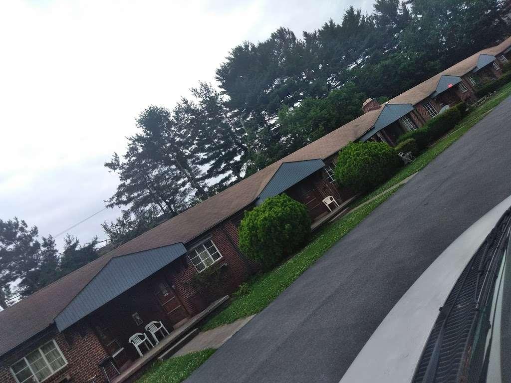 Chateau Motel - lodging  | Photo 3 of 3 | Address: 3951 E Market St, York, PA 17402, USA | Phone: (717) 757-1714