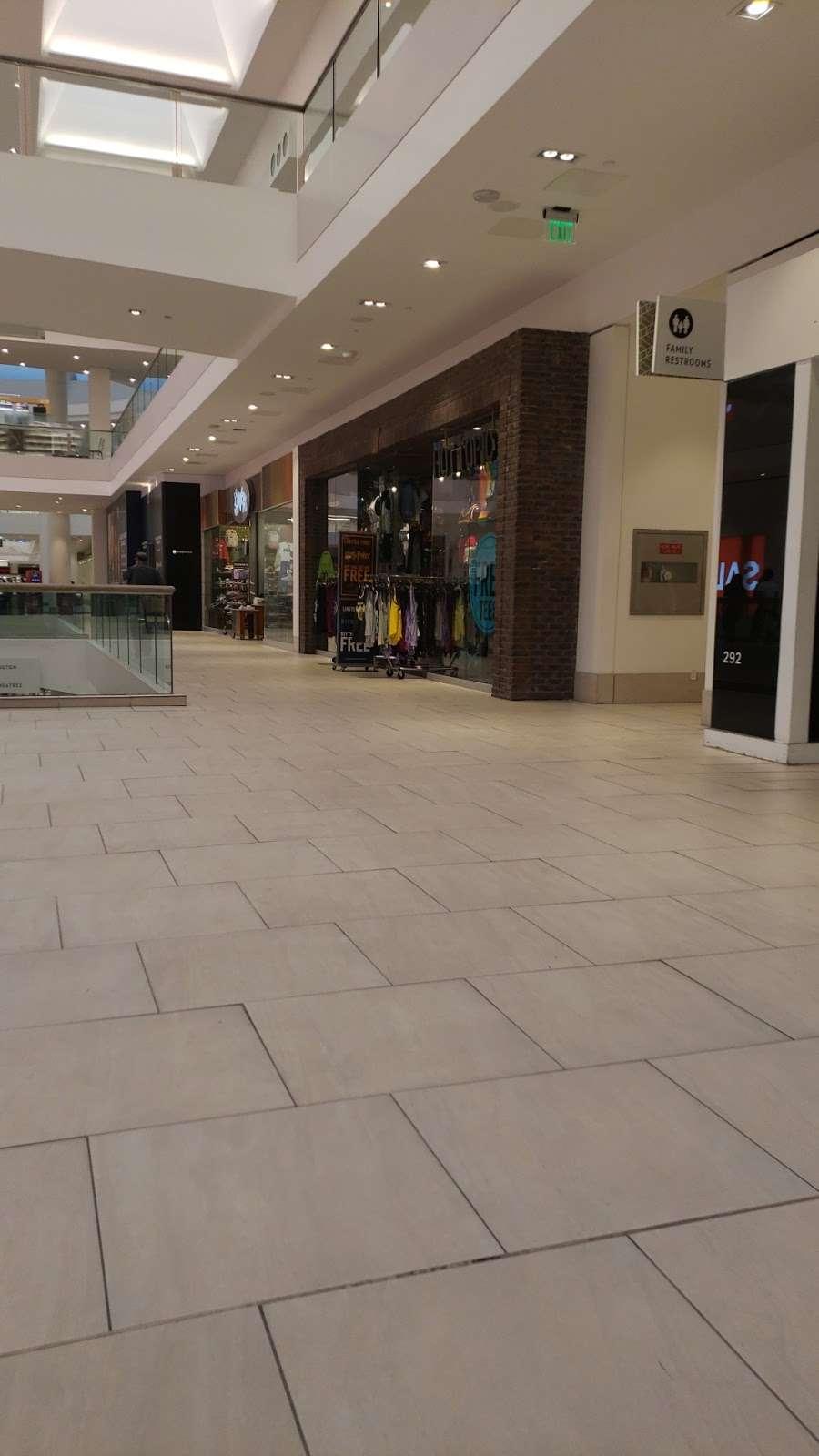 Hot Topic - clothing store  | Photo 6 of 10 | Address: 201 E Magnolia Blvd #290, Burbank, CA 91501, USA | Phone: (818) 843-8630