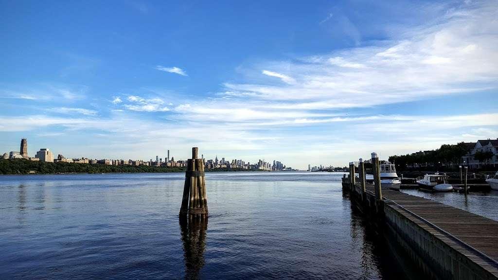 Edgewater Ferry Landing - transit station  | Photo 3 of 10 | Address: 989 River Rd, Edgewater, NJ 07020, USA | Phone: (800) 533-3779