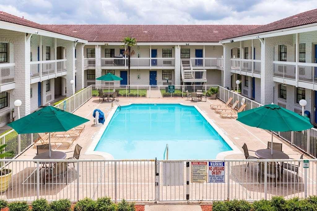 Motel 6 Baytown - Garth Rd - lodging  | Photo 1 of 10 | Address: 4911 Interstate 10 E, Baytown, TX 77521, USA | Phone: (281) 421-7300