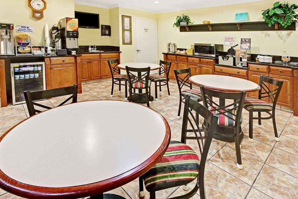 Days Inn by Wyndham Baytown Garth Road I10 East - lodging  | Photo 10 of 10 | Address: 5021 East Fwy, Baytown, TX 77521, USA | Phone: (281) 839-2107