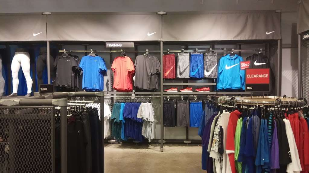 what time does the lake elsinore nike store close