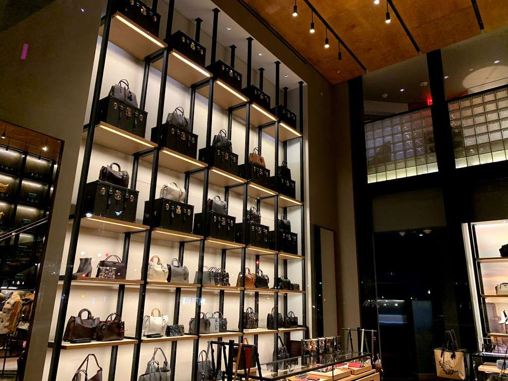 COACH TIME WARNER BUILDING (COLUMBUS CIRCLE) - store  | Photo 5 of 10 | Address: 10 Columbus Cir, New York, NY 10019, USA | Phone: (212) 581-4115