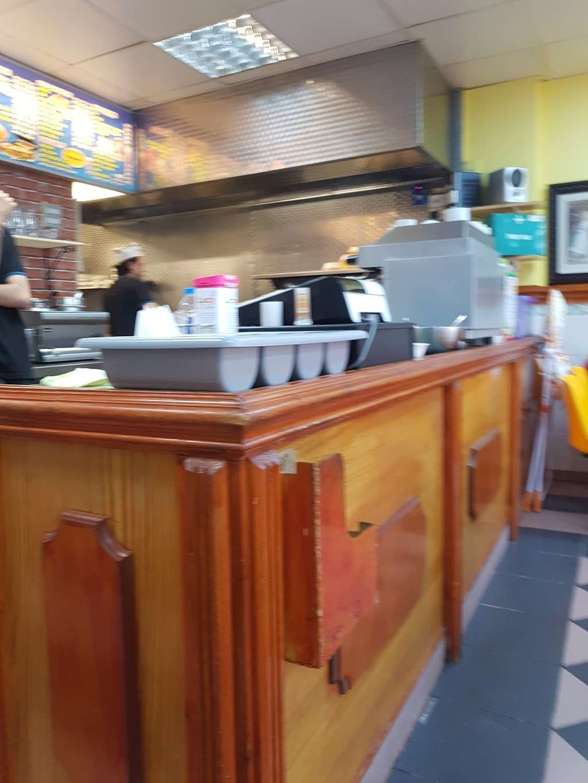 Ruxley Cafe - cafe  | Photo 3 of 8 | Address: 172 Ruxley La, Epsom KT19 9HA, UK | Phone: 020 8974 2387