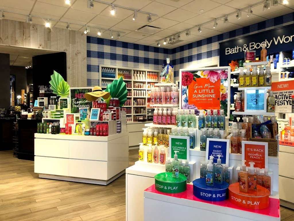 Bath & Body Works - home goods store  | Photo 3 of 10 | Address: 3207 Golf Rd, Delafield, WI 53018, USA | Phone: (262) 646-2003