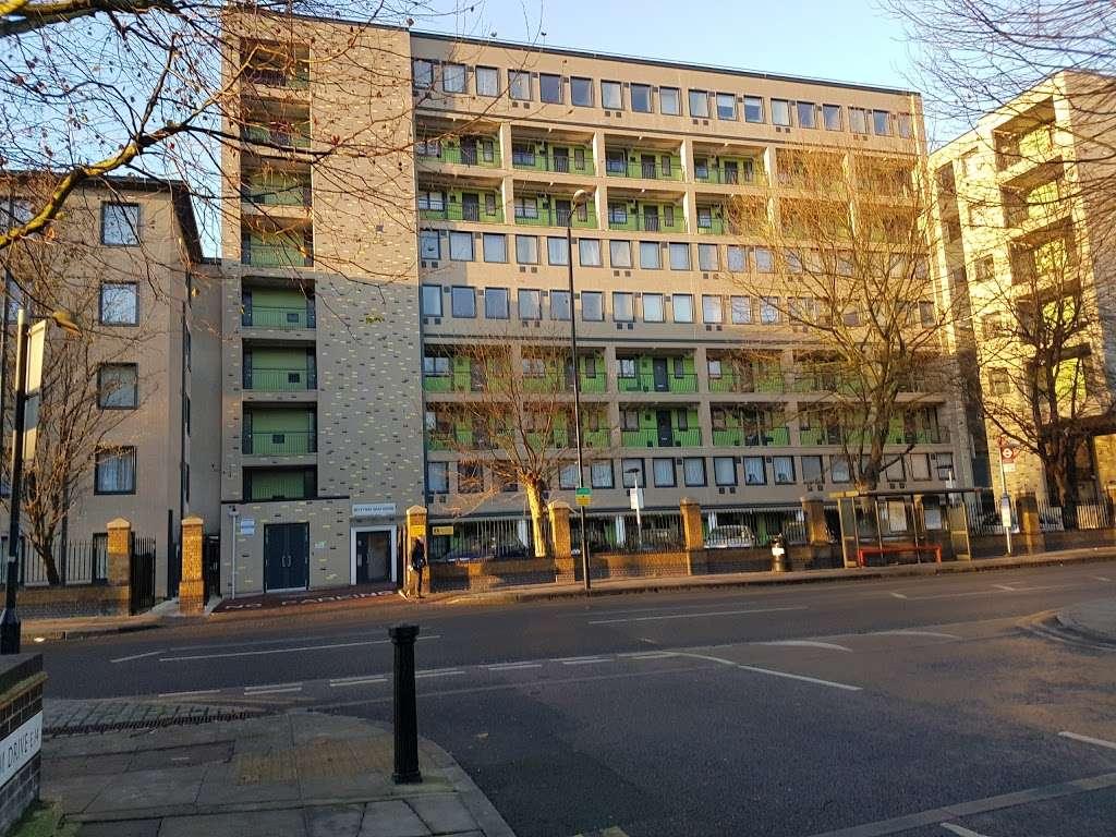 Pier Street (Stop CT) - bus station  | Photo 1 of 5 | Address: Isle of Dogs, London E14 3HX, UK