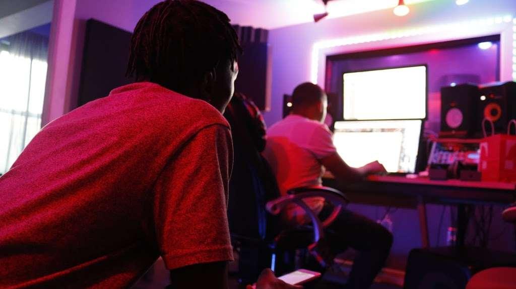 BeBe Soundz Studios - electronics store  | Photo 5 of 10 | Address: 300 E Tremont Ave, Bronx, NY 10457, USA | Phone: (929) 393-0516