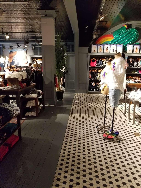 Hollister Co. - clothing store  | Photo 4 of 10 | Address: 282 Garden State Plaza Blvd, Paramus, NJ 07652, USA | Phone: (201) 291-1877