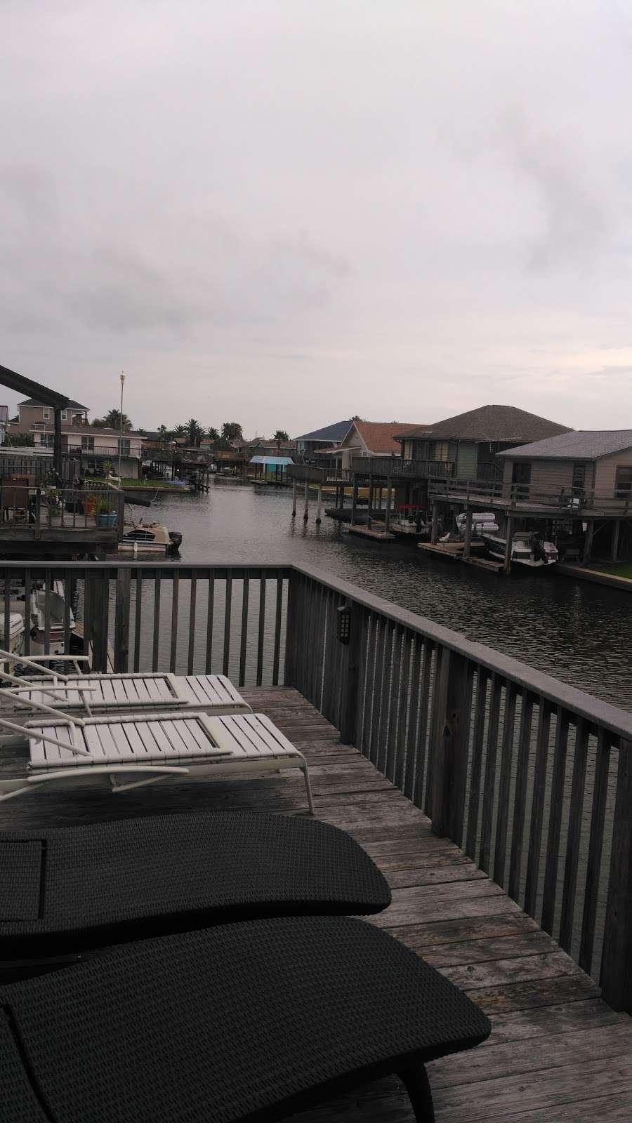 Bay Breeze Waterfront Vacation House - real estate agency    Photo 3 of 10   Address: 16703 Managua Way, Galveston, TX 77554, USA   Phone: (832) 818-4234