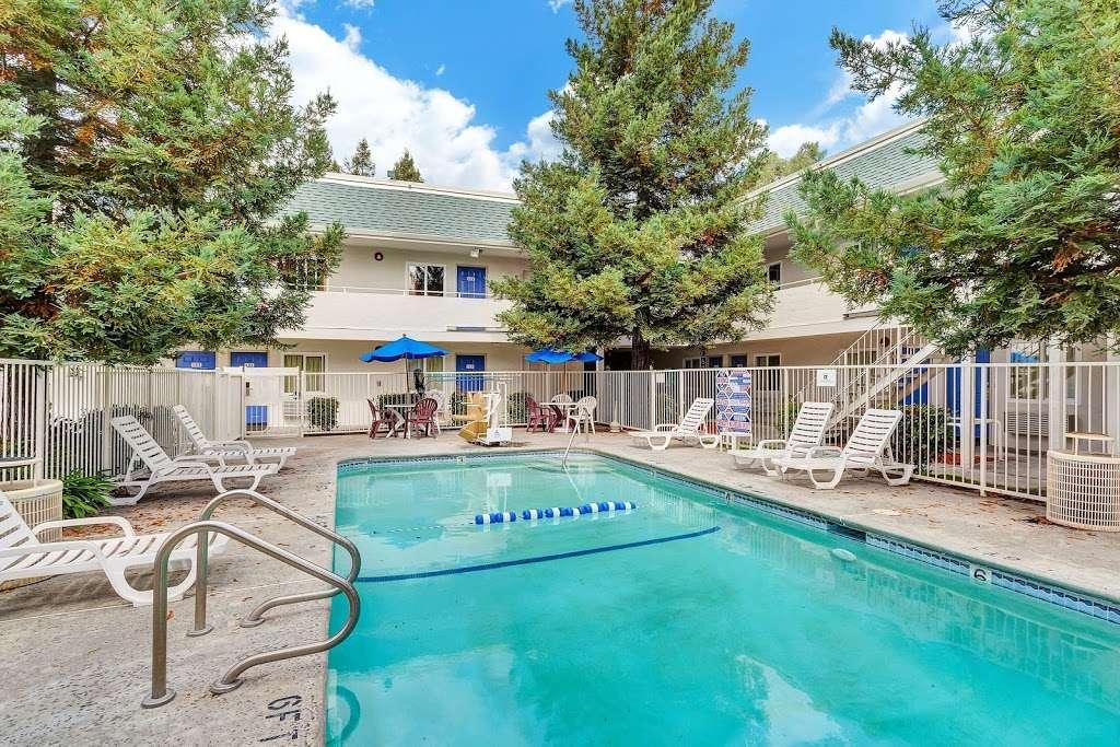 Motel 6 Rohnert Park - lodging  | Photo 3 of 10 | Address: 6145 Commerce Blvd, Rohnert Park, CA 94928, USA | Phone: (707) 585-8888