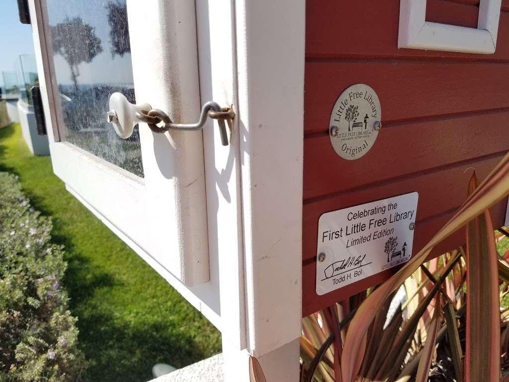 Little Free Library - library  | Photo 4 of 4 | Address: 2920 Ocean Blvd, Corona Del Mar, CA 92625, USA