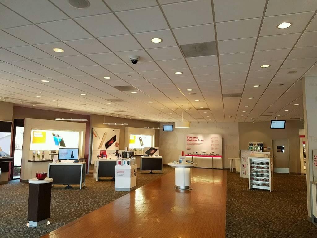 Verizon - store  | Photo 2 of 6 | Address: 7723 N Blackstone Ave Suite 101, Fresno, CA 93720, USA | Phone: (559) 451-0556