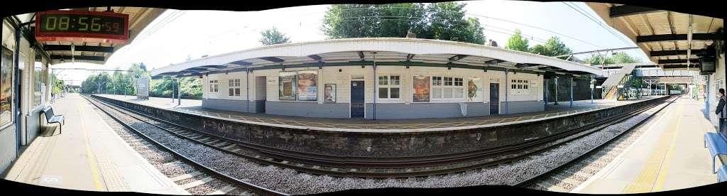 Gidea Park - train station  | Photo 10 of 10 | Address: Station Rd, Romford RM2 6BX, UK | Phone: 0343 222 1234