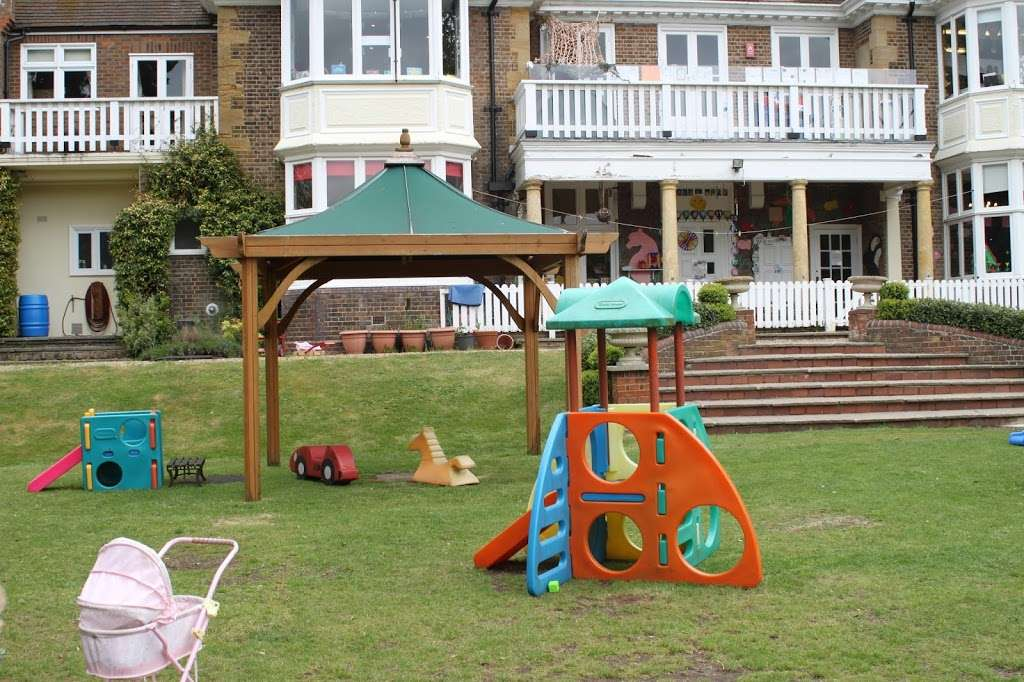 Cedar Park Day Nursery Enfield - school  | Photo 3 of 10 | Address: 50 Hadley Rd, Enfield EN2 8JY, UK | Phone: 020 8367 3800