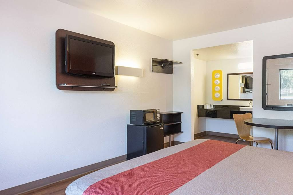 Motel 6 Fresno, CA - lodging  | Photo 4 of 8 | Address: 5021 N Barcus Ave, Fresno, CA 93722, USA | Phone: (559) 276-1910