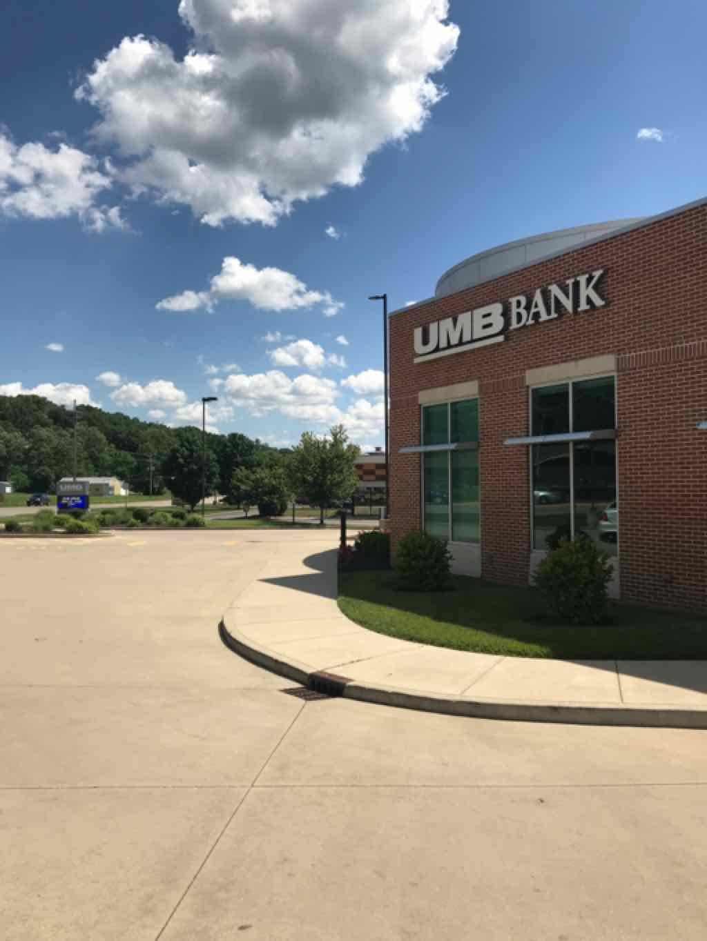UMB Bank (with drive-thru services) - bank  | Photo 6 of 7 | Address: 401 N Bluff Rd, Collinsville, IL 62234, USA | Phone: (618) 346-1499