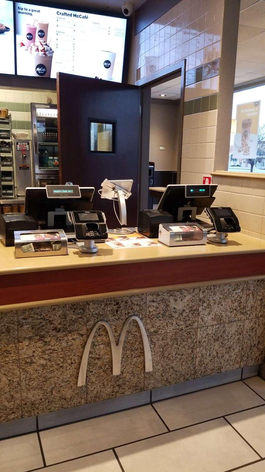 McDonalds - cafe  | Photo 4 of 10 | Address: 6034 W 95th St, Oak Lawn, IL 60453, USA | Phone: (708) 430-6934