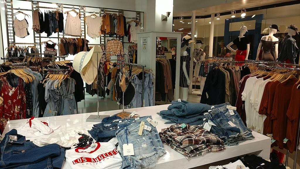 Fashion Q - store    Photo 2 of 4   Address: 5000 S Arizona Mills Cir, Tempe, AZ 85282, USA   Phone: (480) 755-2403