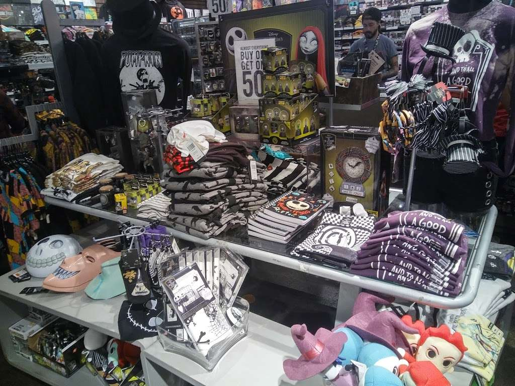 Hot Topic - clothing store  | Photo 2 of 10 | Address: 201 E Magnolia Blvd #290, Burbank, CA 91501, USA | Phone: (818) 843-8630