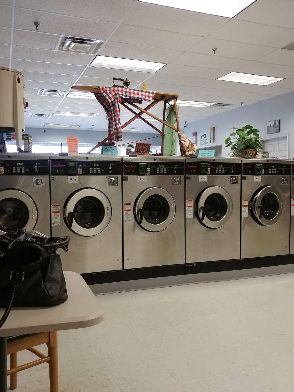 Merrimack Commons Laundromat - laundry  | Photo 3 of 10 | Address: 515 Daniel Webster Hwy, Merrimack, NH 03054, USA | Phone: (603) 262-5718