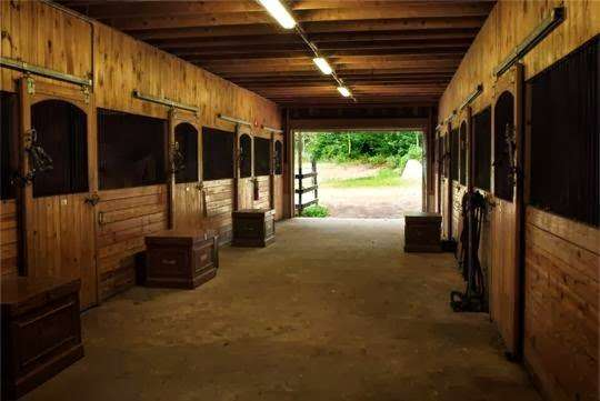 Huntersbrook Stable - travel agency    Photo 2 of 3   Address: 396 Circuit St, Norwell, MA 02061, USA   Phone: (781) 659-5878