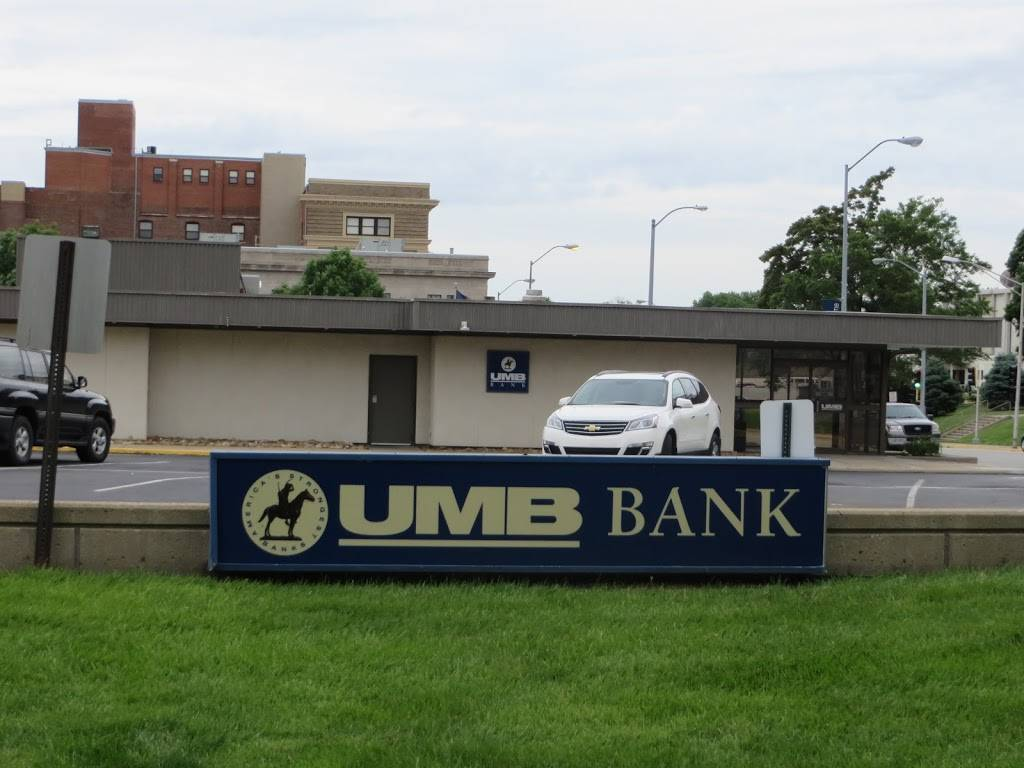 UMB Bank (with drive-thru services) - bank  | Photo 1 of 7 | Address: 401 N Bluff Rd, Collinsville, IL 62234, USA | Phone: (618) 346-1499