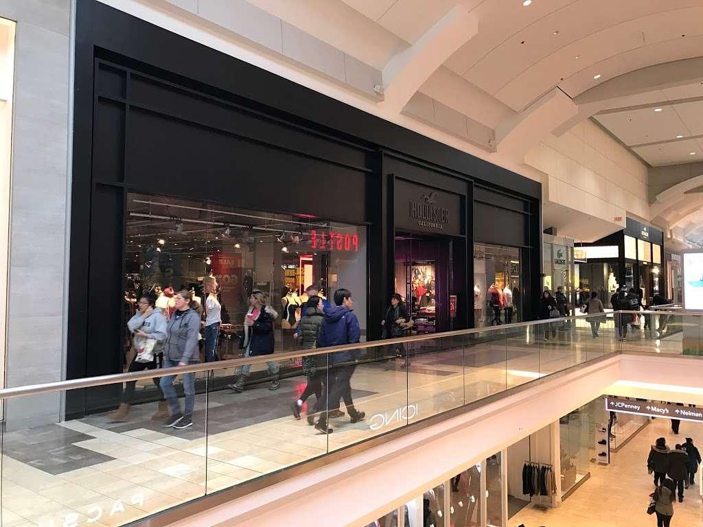 Hollister Co. - clothing store  | Photo 3 of 10 | Address: 282 Garden State Plaza Blvd, Paramus, NJ 07652, USA | Phone: (201) 291-1877