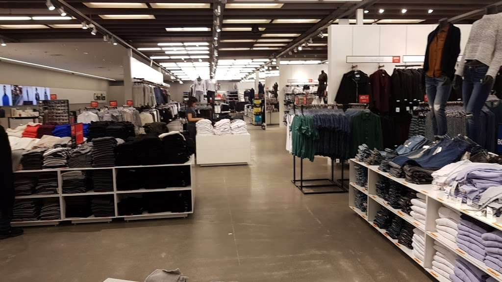 Calvin Klein Outlet - clothing store  | Photo 9 of 10 | Address: 650 Bluebird Ct, Central Valley, NY 10917, USA | Phone: (845) 928-9080