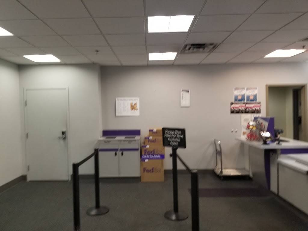 FedEx Ship Center - store  | Photo 8 of 9 | Address: 1121 W Cheyenne Ave, North Las Vegas, NV 89030, USA | Phone: (800) 463-3339