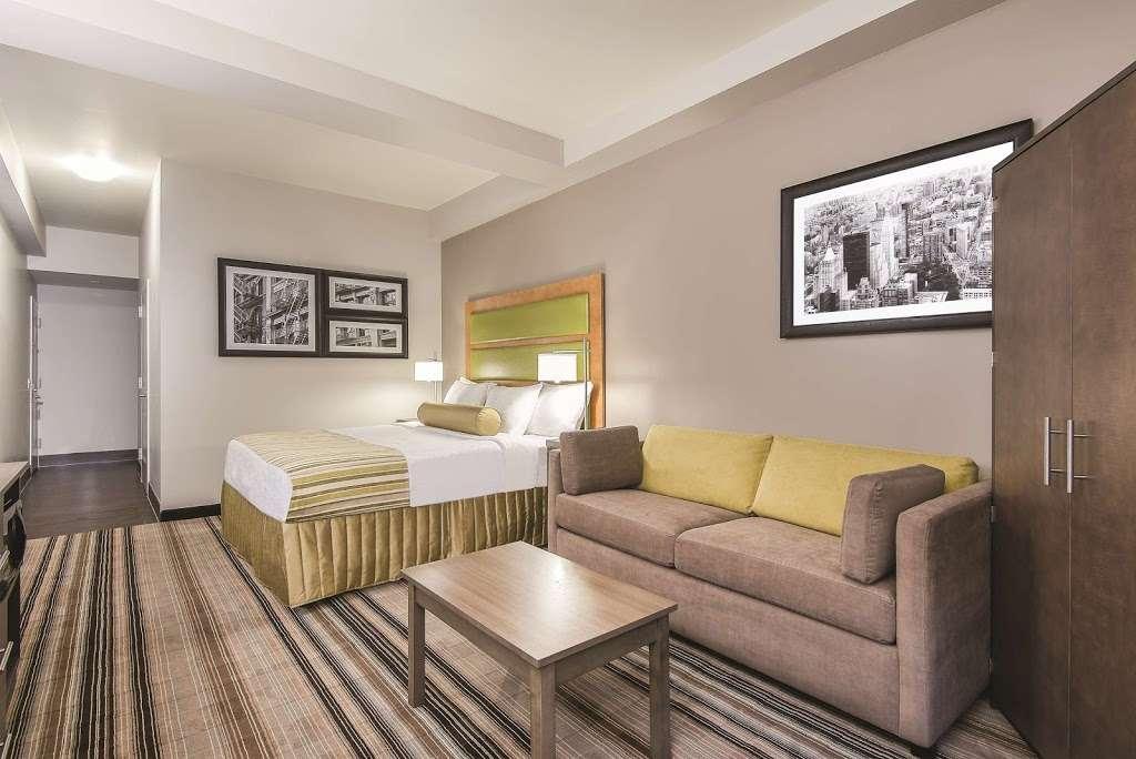 La Quinta Inn & Suites Brooklyn East - lodging  | Photo 4 of 10 | Address: 1412 Pitkin Ave, Brooklyn, NY 11233, USA | Phone: (718) 735-0915