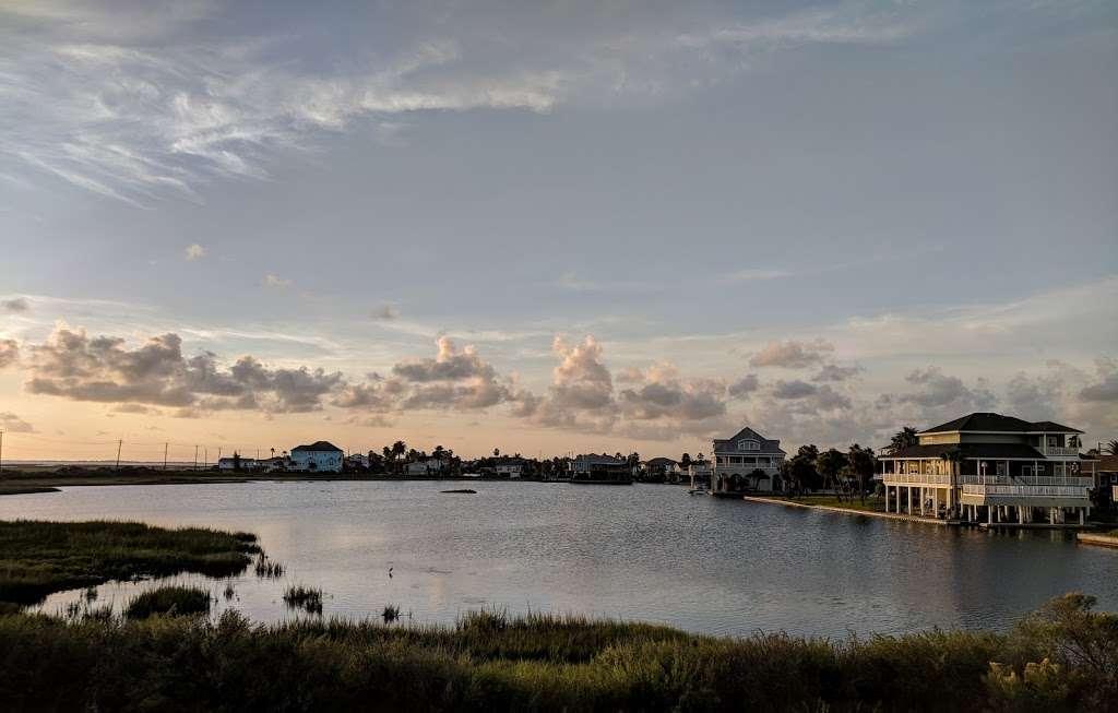 Bay Breeze Waterfront Vacation House - real estate agency    Photo 4 of 10   Address: 16703 Managua Way, Galveston, TX 77554, USA   Phone: (832) 818-4234