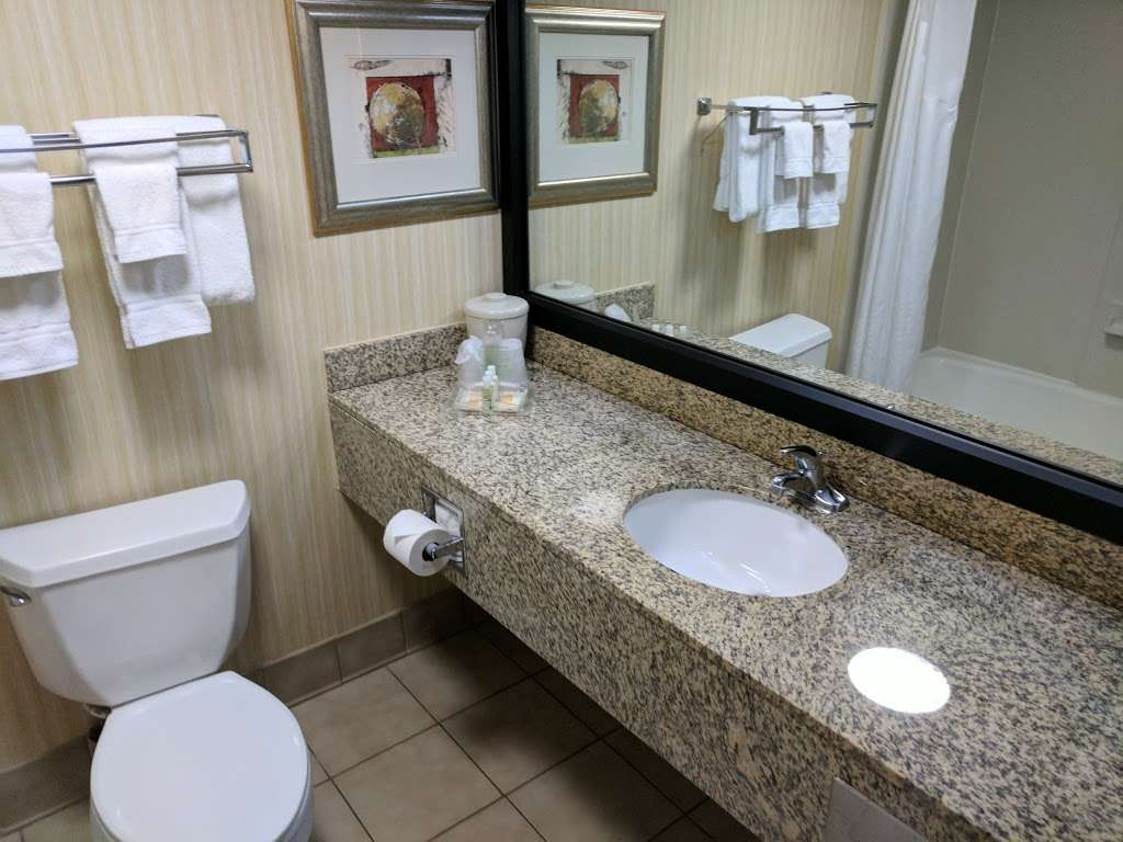 Holiday Inn Solomons-Conf Center & Marina - lodging  | Photo 4 of 10 | Address: 155 Holiday Dr, Solomons, MD 20688, USA | Phone: (410) 326-6311