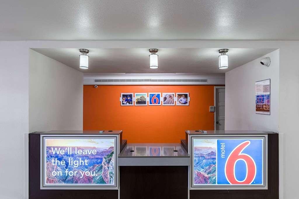Motel 6 Baytown - Garth Rd - lodging  | Photo 5 of 10 | Address: 4911 Interstate 10 E, Baytown, TX 77521, USA | Phone: (281) 421-7300