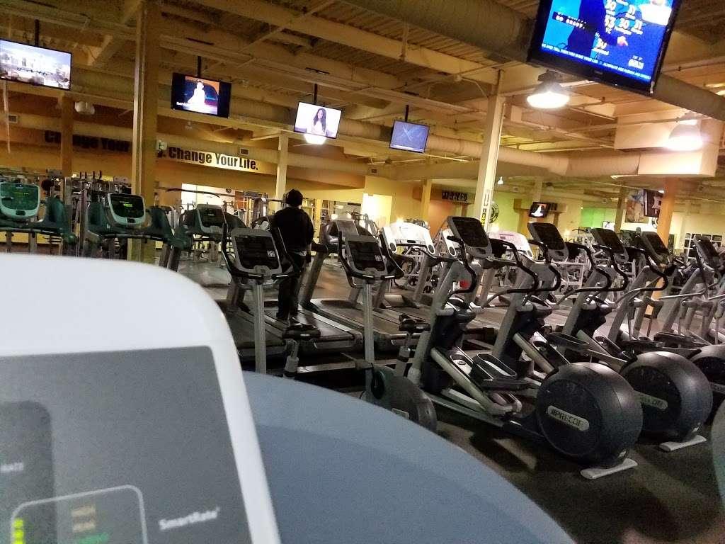 Golds Gym - gym    Photo 4 of 10   Address: 100 Hollister Rd, Teterboro, NJ 07608, USA   Phone: (201) 288-6000