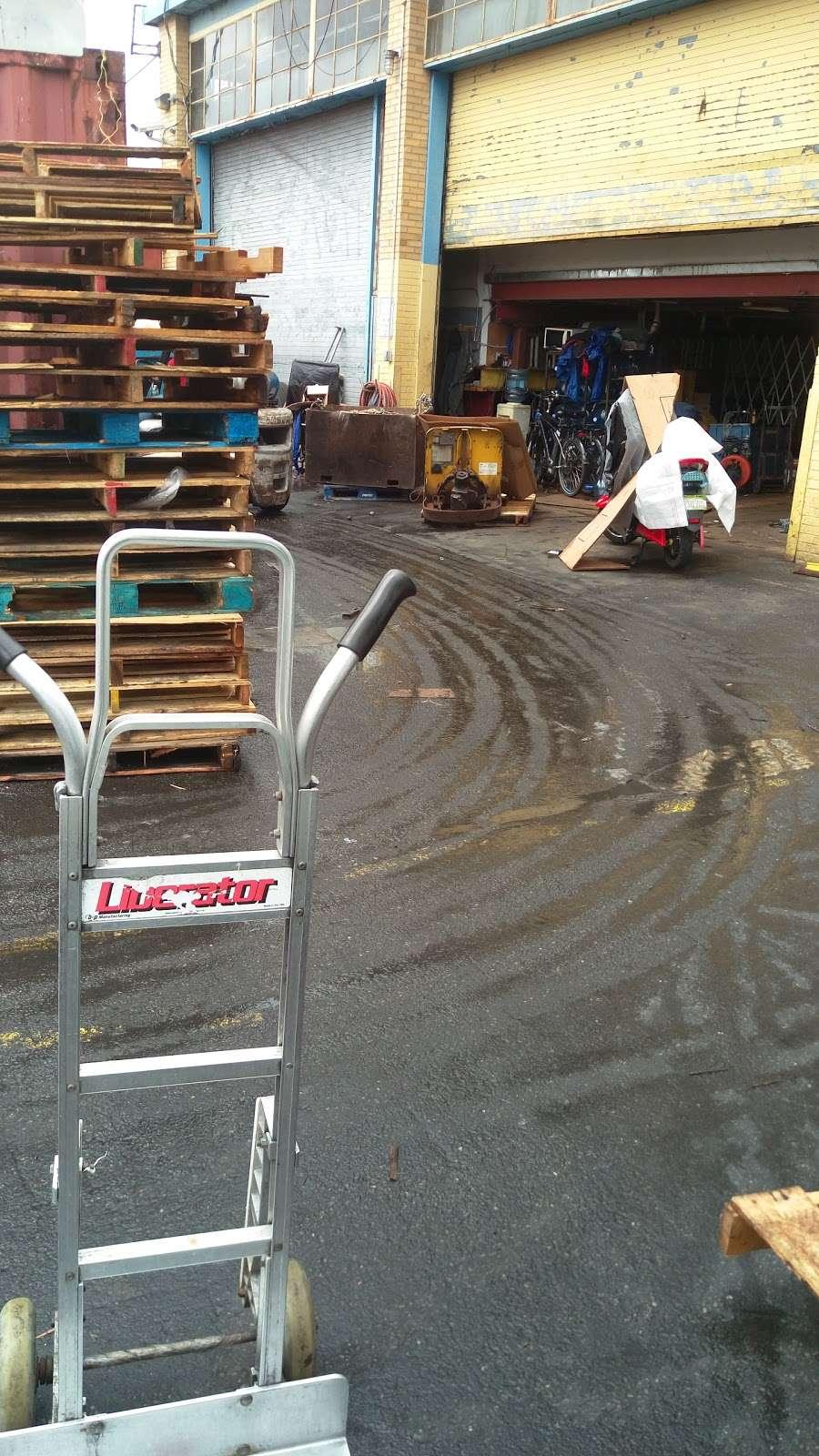 Wanrong Trading Truck Docks - storage  | Photo 6 of 10 | Address: 32-27-, 32-45 Hunters Point Ave, Long Island City, NY 11101, USA | Phone: (718) 361-8882