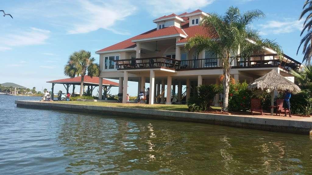 Crystal Beach Villa - lodging  | Photo 2 of 10 | Address: 1300 N Crystal Beach Rd, Crystal Beach, TX 77650, USA | Phone: (409) 682-8579